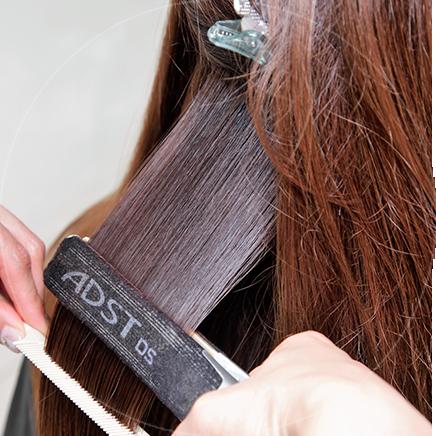 アイロンで余分な水分をとり毛髪内部に薬剤を定着させる